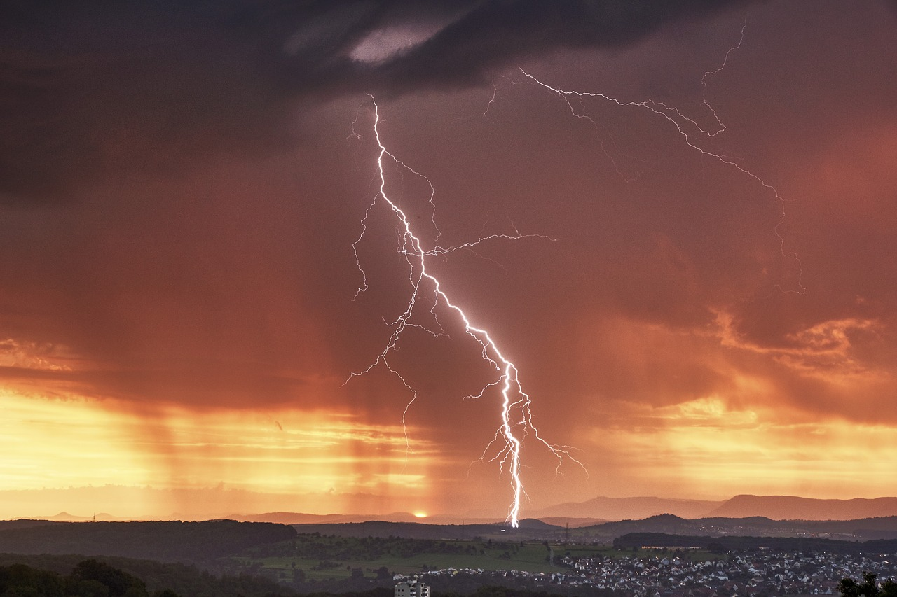 FREE lightning Stock Photos from PikWizard