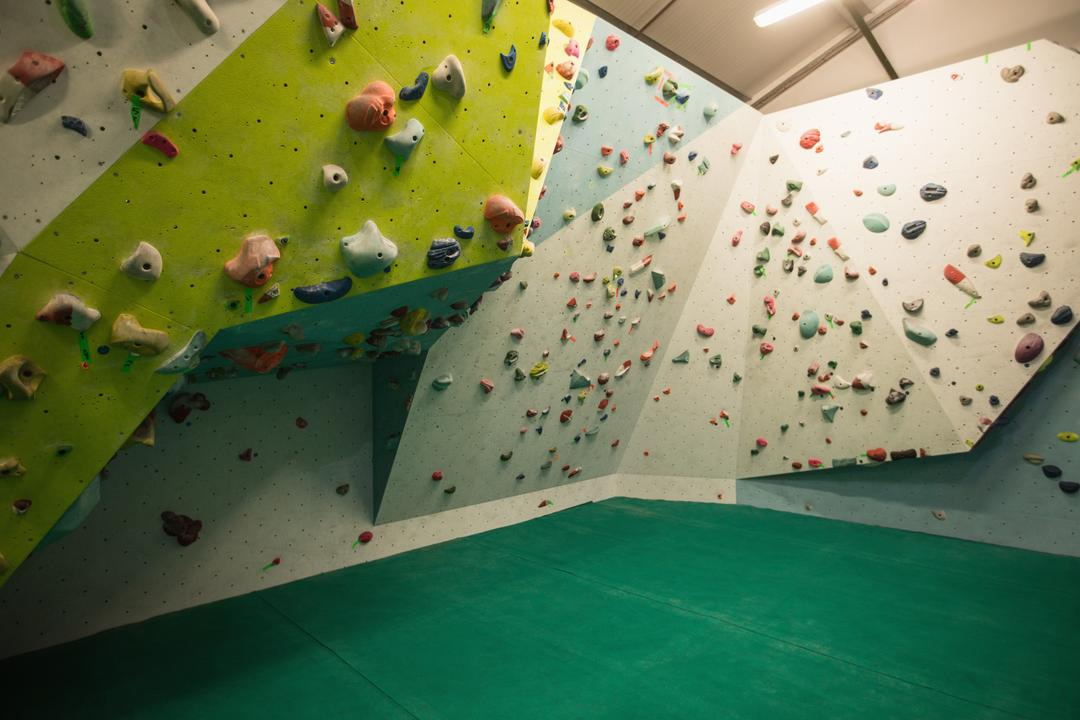 Artificial climbing wall for practice