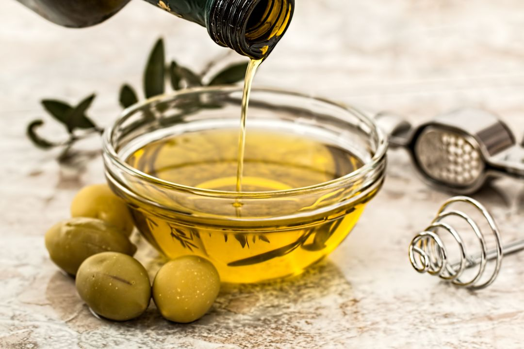 How To Start A Food Blog - olive oil pour