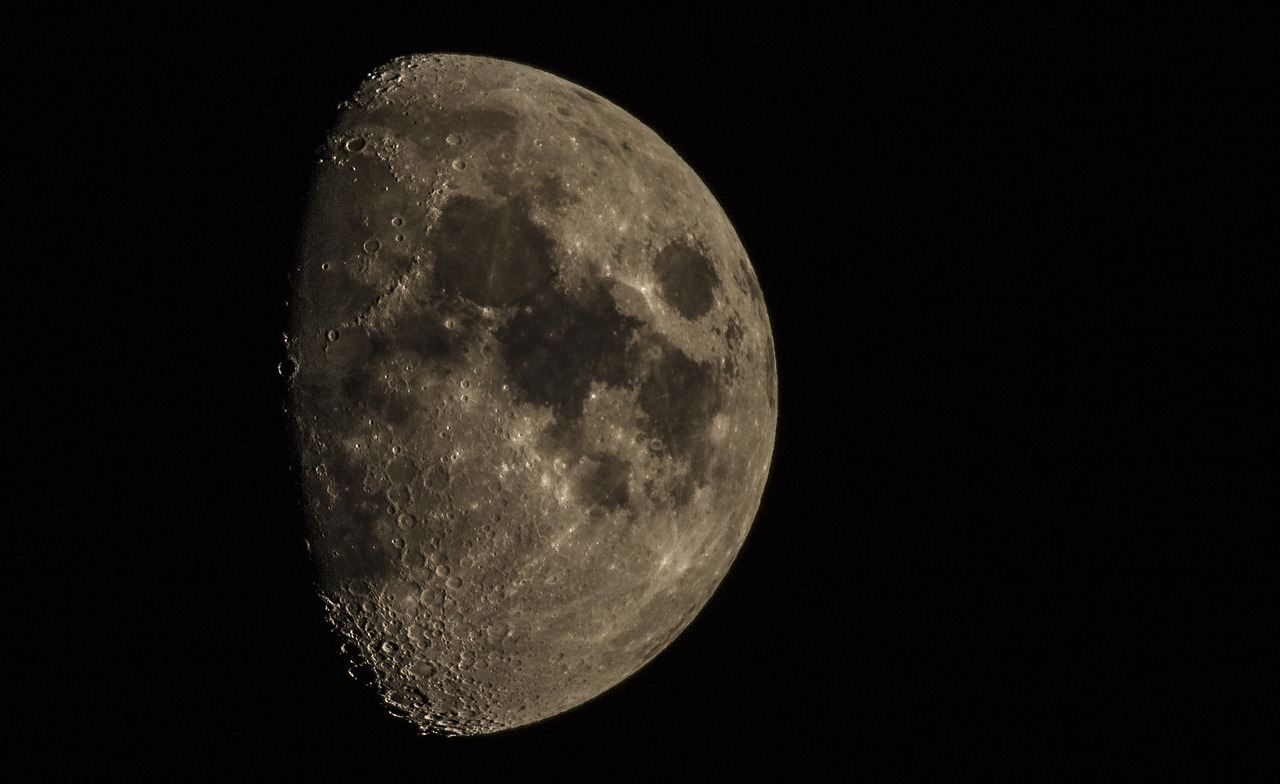 FREE moon Stock Photos from PikWizard